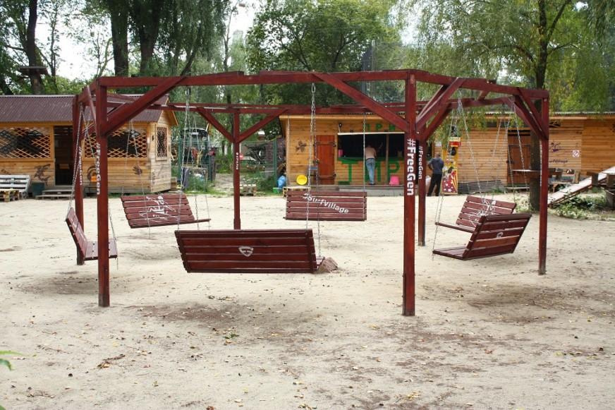 отдых в парке с качелями